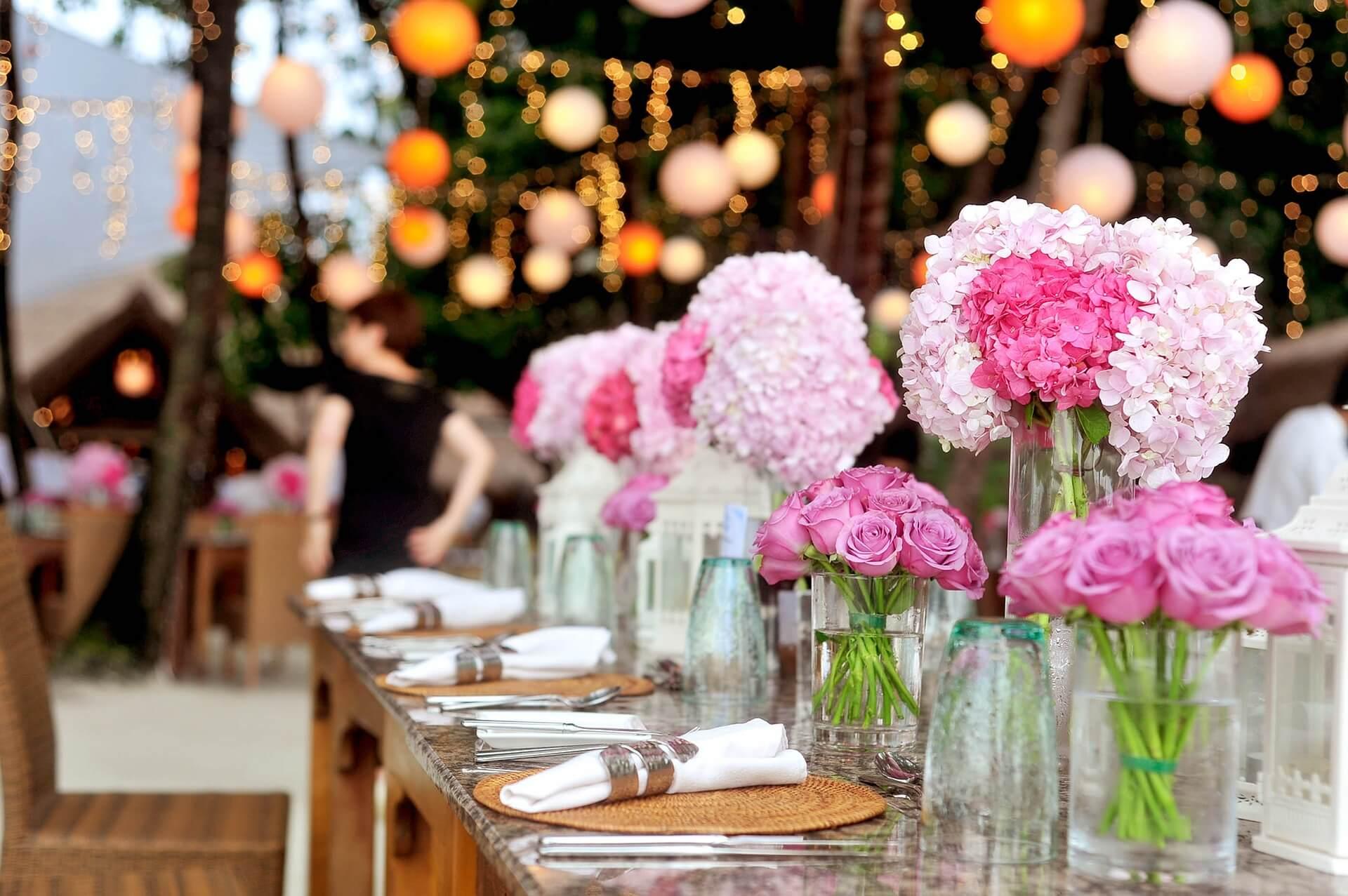 Efektowna dekoracja światłem sali weselnej
